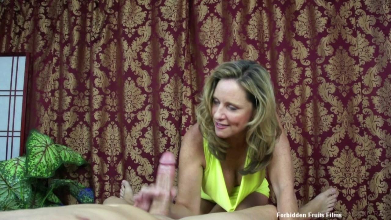 Sexy pornstar reyna cruz up close and personal