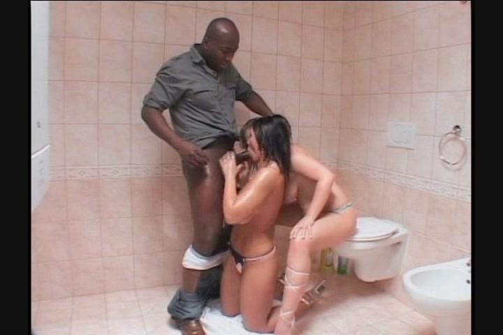 Негр трахнул русскую мокрощёлку в туалете порно фото бесплатно