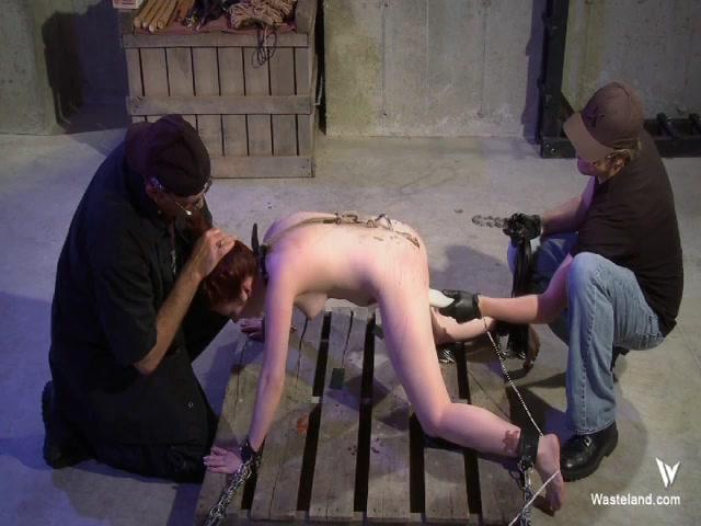 Девушка трахается с металлическим крючком порно секс