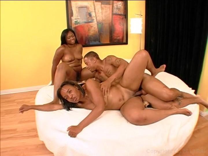Порно в троем мулатки
