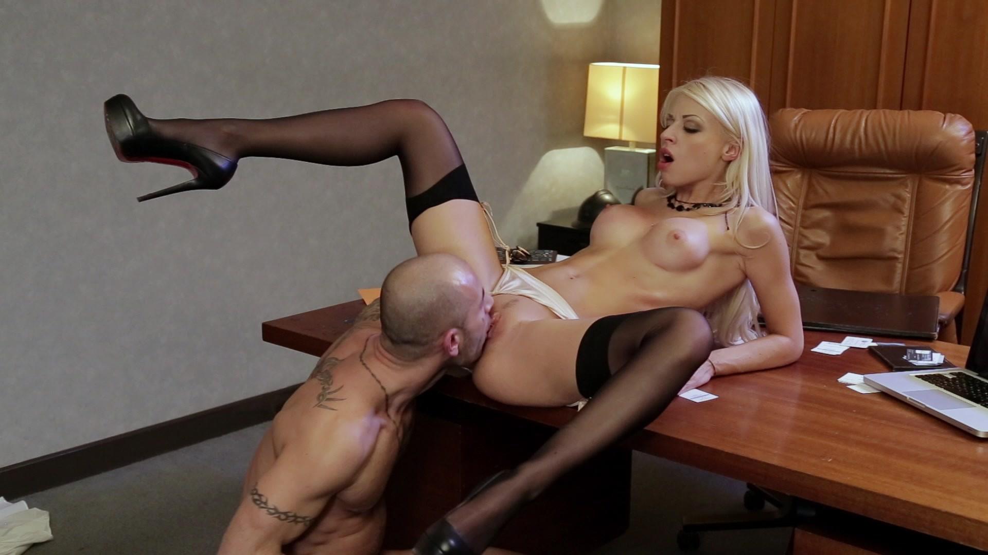 Порнозвезды секс особняк на столе ебет алетта